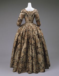 1735 British Heavy silk with lace pattern design woven in beige and rust on a dark brown satin Dress, ca. 1735 British Heavy silk with lace pattern design woven in beige and rust on a dark brown satin ground 18th Century Dress, 18th Century Costume, 18th Century Clothing, 18th Century Fashion, 17th Century, Vintage Gowns, Mode Vintage, Vintage Outfits, Vintage Fashion