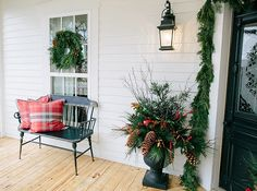 Get Christmas decorating ideas form Chip & Joanna Gaines of HGTV's Fixer Upper, and see how the Magnolia House in Waco, Texas is decorated for the holidays. Christmas Decorations For The Home, Christmas Porch, Farmhouse Christmas Decor, Country Christmas, Christmas Ideas, Christmas Thoughts, Christmas Markets, White Christmas, Chip Et Joanna Gaines