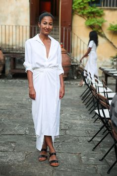 Completely chic white shirt and twist-front white maxi skirt with black sandals Source by danameichsner shirt dress Mode Outfits, Fashion Outfits, Fashion Trends, Woman Outfits, Fashion Tips, White Outfits, Summer Outfits, Dress Summer, Look Fashion