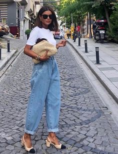 Minimalist Fashion Trendy baloon denim jeans with simple white Minimalist Fashion Trendy baloon denim jeans with simple white tee. Mode Outfits, Jean Outfits, Casual Outfits, Fashion Outfits, Womens Fashion, Jeans Fashion, Hijab Fashion, Fashion Tips, Slouchy Outfit