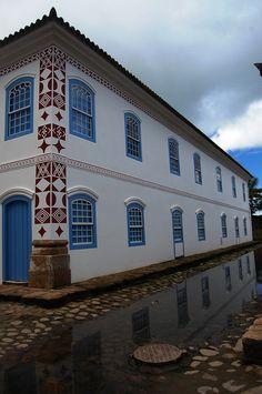 Estilo colonial brasileiro bem preservado em Paraty, estado do Rio de Janeiro, Brasil.  Fotografia: Fernando Mendes no Flickr.