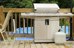 Gas grill fires happen more often than you'd expect. Here are the best safety tips for a safe grilling season. Propane Smokers, Propane Gas Grill, Gas Bbq, Cooking Red Potatoes, Outdoor Cooking Area, New Kitchen Gadgets, Clean Grill, Grill Cleaning, Smoke Grill