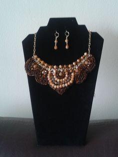esta bello collar esta hecho con muranos marrones, beigs lentejuelas y mostacillas checas