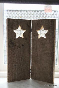 bordje voor het raam met sterren