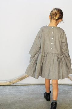 Girls will love this loose and comfortable brown linen dress with its big pockets - perfect to store the finds of the day! This is a simple yet luxurious piece designed to grow with the child. Not only your girl can wear the dress for several years and during all seasons. It will for sure be a long-lived and loved piece.