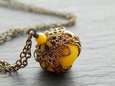 Kette - Strahlende Sonne in Gelb  von Perlenfontäne auf DaWanda.com