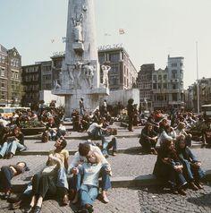 26 april 1976 - Hippies op de Dam in Amsterdam.