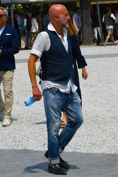 """ここ数年で一気に存在感を高めるメンズファッションアイテムといえば""""ベスト(ジレ)""""。着こなしや素材を選ぶことで季節を問わず活用できるワードローブのひとつだ。今回は""""ベスト(ジレ)""""にフォーカスして注目の着こなし&アイテムを紹介! ジレ×テーラードジャケット×ジーンズスタイル 織りのある柄が特徴的なテーラードジャケットのインナーにジレを着込んだスタイリング。ジレのボタンホールに配されたレッドのカラーリングがアクセントに。ジレの一番下のボタンは、開けて着用するのがセオリーだ。 LBM1911(エルビーエム1911) ジレ 詳細・購入はこちら ジレ×MA-1スタイル ネイビーのジレとパンツを合わせたジレパンスタイルに、アウターはテーラードジャケットではなくMA-1を合わせてラギッドな印象に仕上げたスタイリング。インナーに着込んだヘンリーネックシャツが適度な抜け感を演出してくれる。 Lardini(ラルディーニ) シングルジレ ウールツイード 詳細・購入はこちら ベスト×バンドカラーシャツスタイル ノータイで着こなすバンドカラーシャツの上に..."""