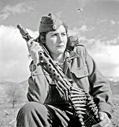 Fighter of the Democratic Army of Greece (ΔΣΕ). Military Chic, Military Women, Women In Combat, Warrior 2, Colorized Photos, Female Soldier, Military Diorama, Famous Photographers, Soviet Union