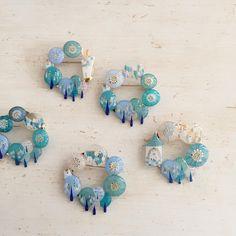 ∞*  :  あたらしく、輪っかの 森  仲間入り。。◎  :  #プラバン#プラ板#ハンドメイド  #ブローチ#クマ Shrink Plastic Jewelry, Resin Jewelry, Handmade Jewelry, Decor Crafts, Diy And Crafts, Arts And Crafts, Shrink Art, Shrinky Dinks, Diy Accessories