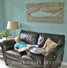 Hanging Pallet Shark (@Renee Peterson Peterson Peterson Shields ...I have a TON of pallets to do this with)
