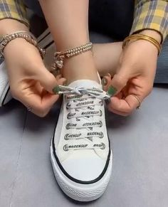 Ways To Lace Shoes, How To Tie Shoes, Ways To Tie Shoelaces, Diy Fashion Hacks, Fashion Tips, Diy Clothes And Shoes, Everyday Hacks, Clothing Hacks, Lace Patterns