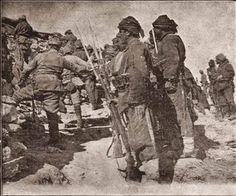 Çanakkale'de düşmana hücumdan evvel hazırlık. Ön sıra ateş açıyor, orta bomba atıyor, arka hücum zamanını gözlüyor.