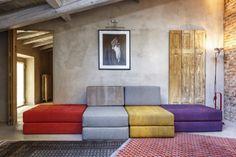 Un sofá modular llamado Rodolfo. Diseñado por Davide Negri, y comercializado por Lovethesign, el sofá modular Rodolfo está formado solamente por la combinación de tres elementos diferentes. Uno de ellos es una estructura metálica tubular, el segundo es capaz de formar una cama cuando se abre, y el tercero puede utilizarse como respaldo, reposabrazos, e incluso como otomano. En varios colores y texturas.  #Muebles, #Vídeos