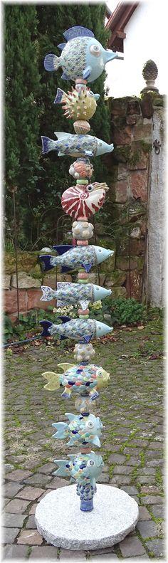 Korallenfisch-Stele Coral Reef Totem Ceramic Decor, Ceramic Pottery, Ceramic Art, Garden Totems, Garden Art, Clay Fish, Hand Built Pottery, Cactus Decor, Pottery Sculpture