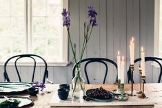 Dining room black bentwood chairs and marble slab. Living Room Chairs, Living Room Interior, Dining Rooms, Table Setting Design, Table Settings, Black And White Chair, Black Chairs, Black White, Dark Table