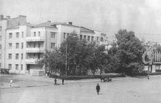 70е Площадь 1905 года. На переднем плане жилой дом 1930-х г.г. (Пр. Ленина, 29.) и гужевой транспорт. Справа на снимке стенд с элементами агитации