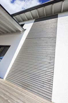 Holzfassade Detail dachterrasse mit holzboden designhaus haussicht baufritz