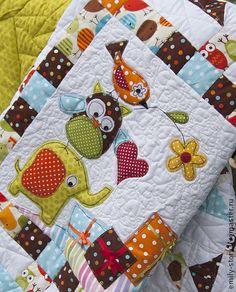 Детское лоскутное одеяло `Веселая суета`. Детское лоскутное одеяло 'Веселая суета' создано в техниках пэчворк и квилтинг. Размер 110 х 110 см. Такое одеяло украсит не только кроватку вашего малыша, но и станет ярким акцентом детской комнаты.