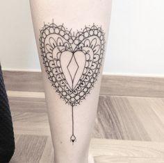 As Linhas retas, finas e precisas nas tatuagens de Brunella Simões