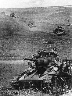 World War II. Russian tanks before the Battle of Kursk in The victory in the battle gave the Soviet Red Army the strategic initiative for the rest of the war. Russische Verluste: ca. Deutsche Verluste: ca. Nagasaki, Hiroshima, Military Photos, Military History, Military Armor, World Of Tanks, Battle Tank, Fukushima, Ww2 Tanks