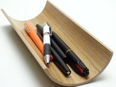 Wooden stand pencils in oak, curved , can also be used as a wooden oddments.  Width 9.5 cm, length 24 cm  Hand-made in my workshop in plywood .  Feel