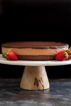This triple Nutella mousse cake features a rich Nutella brownie base topped with a layer of luscious Nutella mousse filling and a layer of soft Nutella ganache. Nutella Ganache, Nutella Cheesecake, Nutella Cake, Fun Desserts, Delicious Desserts, Desserts Nutella, Light Dessert Recipes, Nutella Recipes, Brownie Recipes