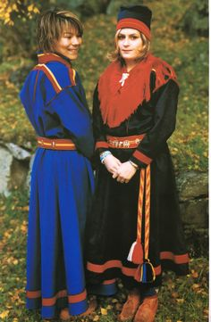 Gällivare kolt med och utan krage från Tysfjord, Norge. Foto: Erling Urheim. Bilden hämtad från Norsk bunadsleksikon Bind 3. Gällivare traditional Saami kirtle in two versions from Tysfjord, Norway. Photographer: Erling Urheim. Picture from the book Norsk bunadsleksikon.