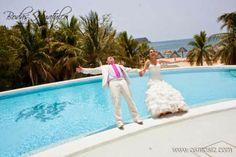 Diviértete con un fabuloso y romántico Trash the Dress ideal para tu boda en playa por Bodas Huatulco