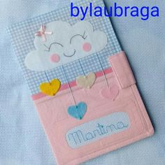 Capa caderneta de vacinação chuva de amor Notebook Covers, Diy And Crafts, Kids Rugs, Dolls, Baby, Handmade, Fabric Book Covers, Sewing Caddy, Baby Things