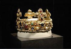 Dziecięca korona Ottona III, typu otwartego w formie lili. Skarbiec katedralny w Essen, Niemcy.