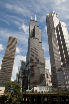 Chicago Architecture : Forever The Sears Tower! There changing the name again but we will always call it The Sears Tower! Chicago Buildings, City Buildings, Chicago Attractions, Building Aesthetic, Cyberpunk, Chicago Skyline, My Kind Of Town, Travel Aesthetic, Willis Tower