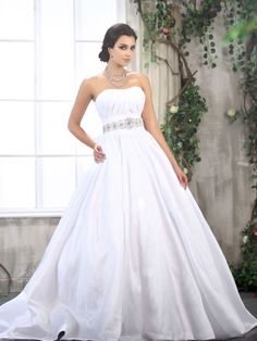 Regarding the trends for wedding dresses 2013 collection, we can be very short: Everything is possible! In the collections of wedding dresses 2013 is a cheerful mix of styles, and you can pretty much go either way.
