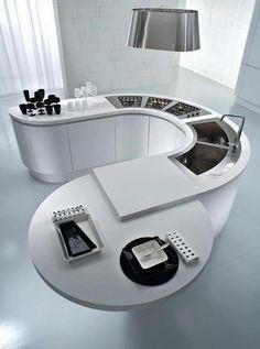 丸みのあるコーナー型と、丸テーブル。メタリックな色も相まって近未来的なキッチンに。