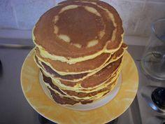 Εξαιρετική συνταγή για Pancakes. Τα pancakes είναι κάτι σαν τηγανίτες στο πιο αφράτο τους. Στην αγορά κυκλοφορεί ειδικό σιρόπι (maple syrup) με το οποίο μπορείτε να τις περιχύσετε. Αλλιώς λίγο μέλι με κανέλα θα κάνουν τη δουλειά. Είναι πολύ νόστιμο και θρεπτικό πρωινό. Recipe by Sitronella Waffles, Pancakes, Crepes, Bakery, Recipies, Brunch, Food And Drink, Yummy Food, Sweets