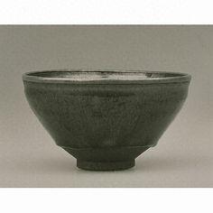 建盞天目(中国南宋時代13世紀、建窯、口径6.9cm、京都国立博物館)。中国福建省にある建窯で造られていた天目茶碗には、口縁部が強く反るタイプのものと、あまり反らないタイプ(いわゆる天目形)の2種類があり。この碗は後者の一例。建窯の天目茶碗にかけられた黒い釉薬には、茶色や銀色の細かい縦筋が無数に見られるものが少なくない。日本では、これを稲の穂先の芒(禾)に見立てるため、この種の釉薬がかかった天目茶碗を禾目天目と呼んでいる。