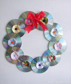 Guirlanda de CD Office Christmas, Diy Christmas Tree, Outdoor Christmas, Christmas Holidays, Cd Diy, Computer Lab Decor, Diy And Crafts, Crafts For Kids, Recycled Cd Crafts