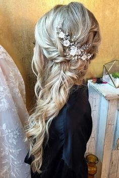 Wedding Hairstyles With Hair Down ★ wedding hairstyles down side swept long blonde curls with flower accessories krystlewaiviohair frisuren haare hair hair long hair short Bridal Hair Down, Wedding Hair Half, Hairdo Wedding, Long Hair Wedding Styles, Wedding Hairstyles With Veil, Wedding Hair And Makeup, Wedding Curls, Bridal Hair Side Swept, Blonde Bridal Hair