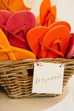 #flipflops Flip Flops für Hochzeit - Bunte Vintage Hochzeit im Schloss in rot orange pink   Hochzeitsblog - The Little Wedding Corner