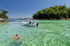 """11. Lagoa azul. """"Parece cena de filme"""", """"Uma das coisas mais maravilhosas do mundo"""", são alguns dos comentários que podemos encontrar a respeito desse lugar em Ilha Grande, RJ. Sem dúvidas, é um dos lugares mais bonitos para mergulhar. Como é cercada pelas ilhas Macacos, Redonda e Comprida, o acesso é por meio de barco. A experiência será, muito provavelmente, umas das melhores de sua vida."""