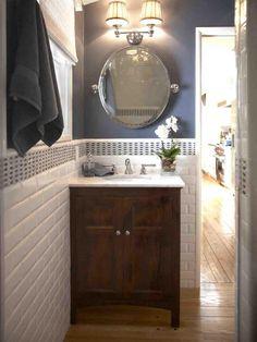 Az angolok szeretik a nem mindennapi kialakításokat, így nem meglepő, hogy a fa padló és a falon lévő porcelán metro csempe a fürdőszobán belül helyezkedik el.