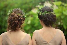 Fast Elfengleich wirkt die Brautjungfern Frisur mit den grünen Kränzen. Für diesen Look müsst ihr die Haare mit einem Lockenstab wild locken und dann locker im Nacken zusammenstecken.