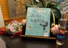 DETALLES EN LA MESA Medinilla magnífica, rosas, Alisios, agua de niebla y el nuevo libro presentado.