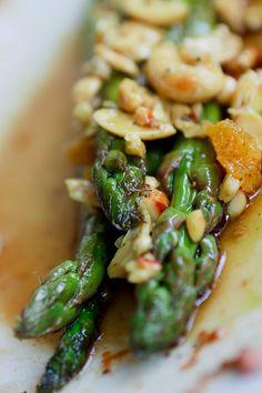 Der Orangen-Spargel-Salat mit Nüssen ist perfekt für jedes frühsommerliche Grillbuffet.