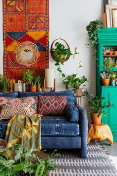 Fantastic Bright and boho chic living space full of colour and style. The post Bright and boho chic living space full of colour and style…. appeared first on Poll Decor .