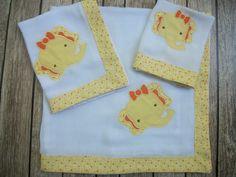 Conjunto de fraldas bordada, fralda de qualidade tecido duplo. <br>Barrado em tecido de algodão. <br>1 fralda grande de 70 cm x 70 cm <br>1 fralda de ombro 70 cm x 35 cm <br>1 paninho de boca 35 cm x 35 cm <br> <br>Bordamos nome do bebê ( não é cobrado). <br>Fazemos em outras cores. <br>Acompanha embalagem em tule.