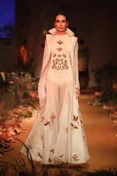 #AIFW #AW15 #AIFWAW15 #IndianFashion #SamantChauhan #Drapes #White #Red #Floral #Ruffles #Tassels #Peplum #Embroidery #Highlow