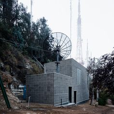 Designed by Umwelt, a grid of concrete encases a signal transmission centre for television channel situated on San Cristóbal Hill in Santiago