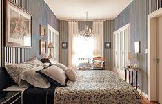 Ao projetara decoração de seu quarto, o arquiteto gaúcho Rogério Ribas respeitou a linguagem da casa, um sobrado dos anos 1940, em São Paulo. utilizado apenas para dormir – nada de ver TV –, o espaço de 27 m² teve as paredes revestidas de lona listrada