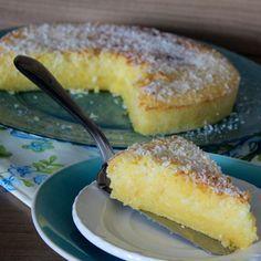 BOLO DE FUBÁ CREMOSOSO É impossível resistir, não é mesmo? Simm eu disse cre-mo-so. Na metade de baixo ele é bem cremoso, úmido até, na de cima lembra uma cocadinha sequinha, mais crocante, vai coco ralado. Ele é doce e salgado ao mesmo tempo, devido ao queijo ralado. UMA DELICIA! http://www.montaencanta.com.br/bolo-2/bolo-de-fuba-cremoso/
